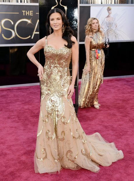 catherine-zeta-jones-oscars-2013-red-carpet-arrivals--1361753173-view-3